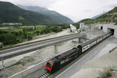 Через этот тоннель проходит сотня поездов в сутки