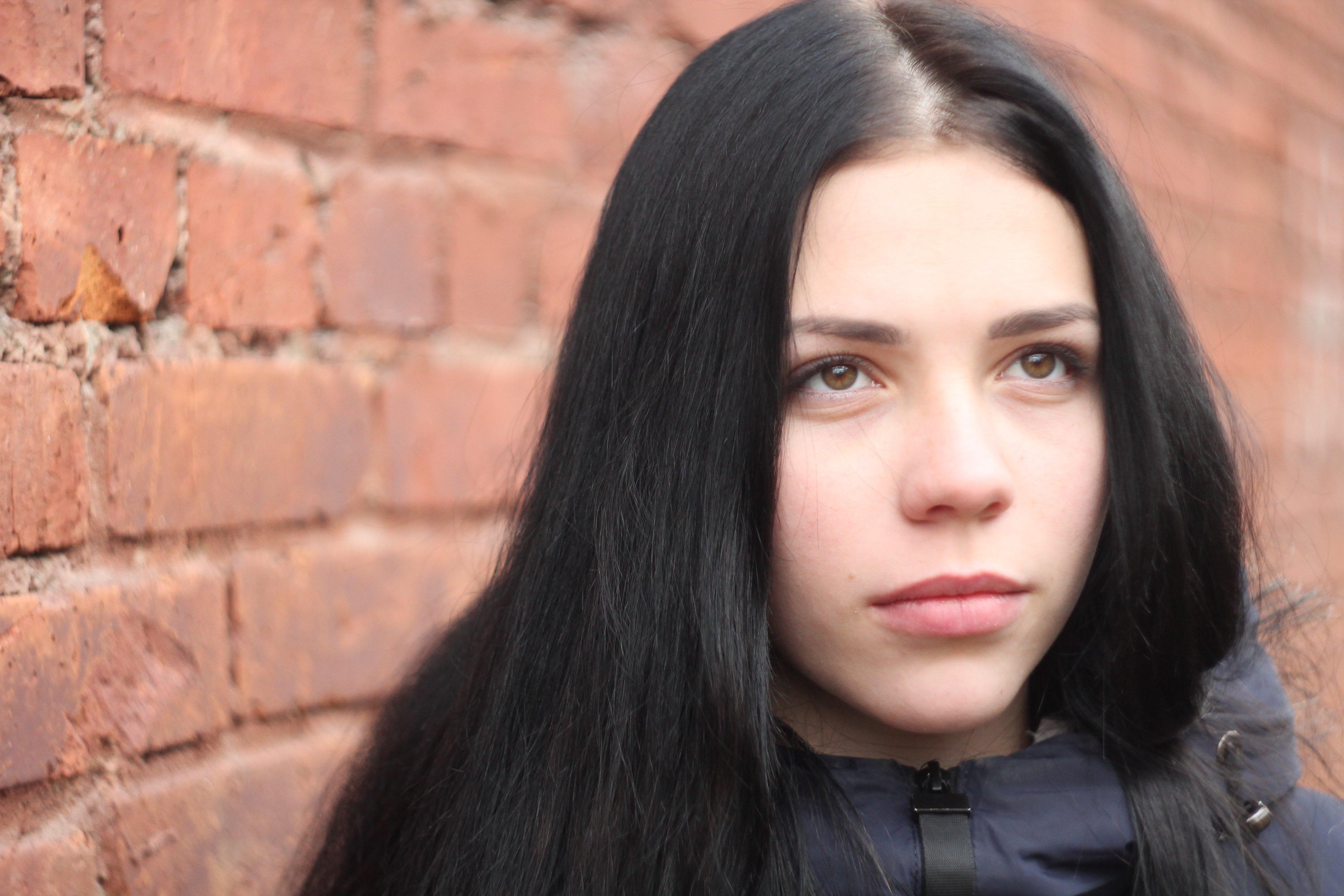 Анна, портрет, кирпич, стена, фото